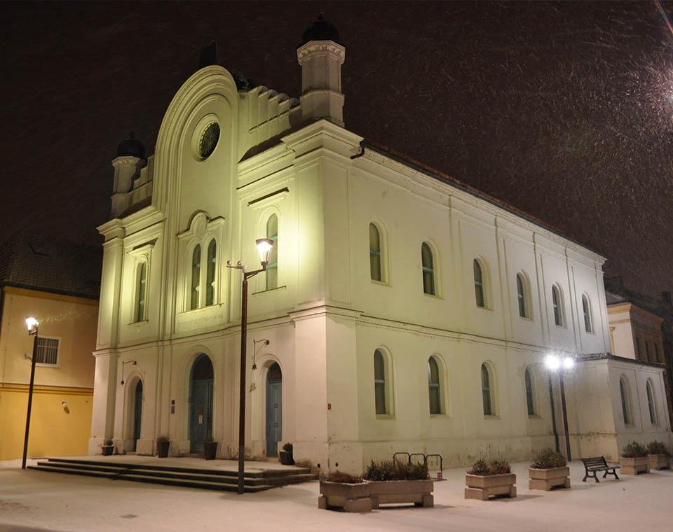 Synagoga v Břeclavi v noci v zimě